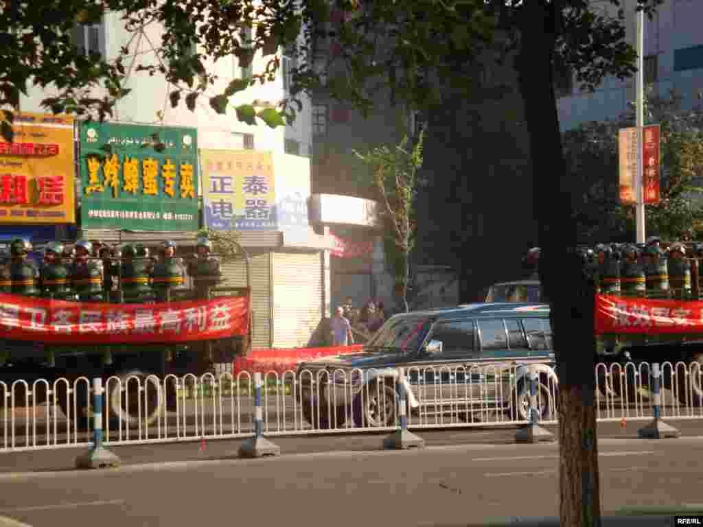 Военные машины с плакатами, призывающими к общестенному порядку, регулярно патрулируют районы, где живут уйгуры.