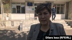 Журналист Анар Сүлеева сот ғимараты алдында тұр. Шымкент, 19 наурыз 2020 жыл.