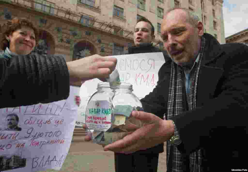 Кияни збирають гроші на «хабар КМДА», щоб зупинити будівництво над станцією метро «Театральна», 14 квітня.