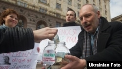 Кияни збирають гроші на «хабар КМДА», щоб зупинити будівництво над станцією метро «Театральна», Київ, 14 квітня 2011 року