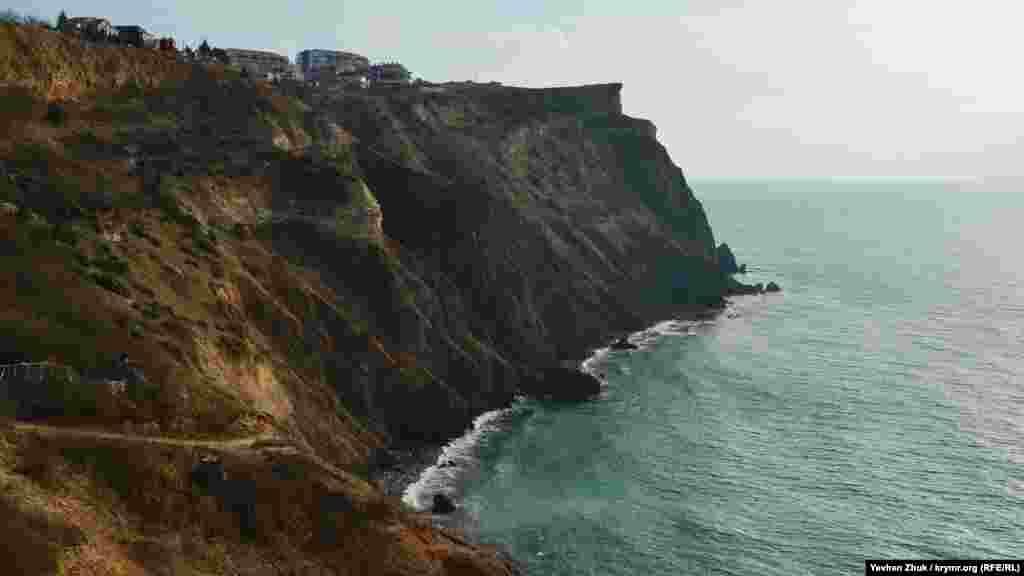 Краєвид з мису Лермонтова на мис Фіолент. Внизу– кілька невеликих пляжів