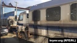 В Судаке к месту проведения заседания «Крымской солидарности» привезли два автозака