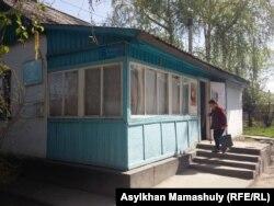 Іргелі ауылындағы дәрігерлік амбулаториядан шығып келе жатқан тұрғын.