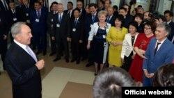 Президент Нұрсұлтан Назарбаев Тараз химия-технологиялық колледжі қызметкерлерімен кездесуде. 27 наурыз 2015 жыл. Сурет akorda.kz сайтынан алынды.