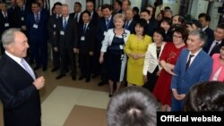 Президент Нурсултан Назарбаев на встрече с сотрудниками Таразского химико-технологического колледжа. 27 марта 2015 года. Фото с сайта akorda.kz