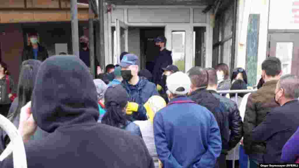 Среди ожидающих очередь можно заметить несколько людей в масках. 6 апреля 2020 года. По данным на вечер 6 апреля, в Кызылординской области — 50 случаев коронавируса.