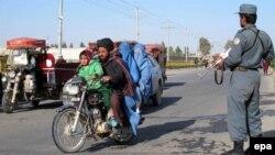 Сотрудник сил безопасности вдоль дороги в афганской провинции Шильменд. Февраль 2015 года.