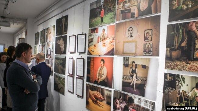 Посетители выставки, посвященной смертной казни в Беларуси.