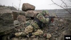 Доброволець батальйону «Азов» під час військової підготовки поблизу Маріуполя, 27 січня 2015 року