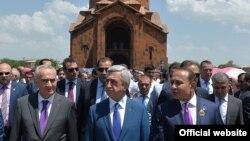 Армения - Президент Армении Серж Саргсян (в центре), спикер парламента Армении Галуст Саакян (слева) и премьер-министр Армении Овик Абрамян на церемонии освящения церкви Сурб Ованнес в Арташате, 31 мая 2015 г.