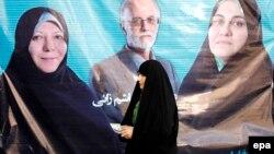 Іранська жінка проходить повз плакати кандидатів на парламентських виборах, Тегеран, 24 лютого 2016 року