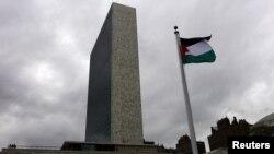 БҰҰ-ның Нью-Йорктегі штаб-пәтері алдына тігілген Палестина туы. АҚШ, 30 қыркүйек 2015 жыл.