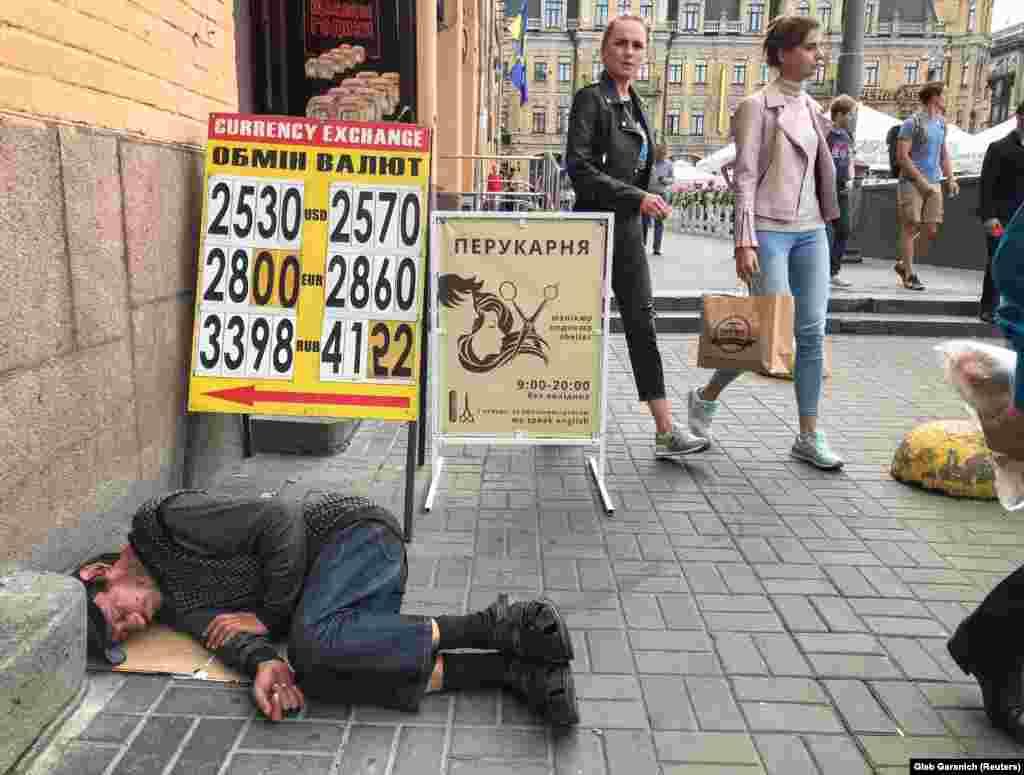 Каля пункту абмену валюты ў цэнтры Кіева. (Reuters/Gleb Garanich)