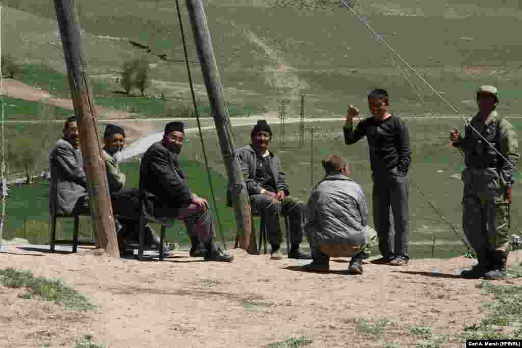 Демалып отырған ер адамдар. Түркия билігі қырғыздарға ислам дінін үйрету үшін молда жібереді. Бірақ қырғыздар маңайдағы түріктермен көп араласпайды.