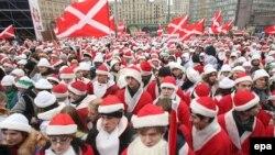 """Одна из наиболее мирных и добрых молодежных акций пришлась на середину декабря: """"Наши"""" облачились в Дедов Морозов и поздравляли московских прохожих с приближавшимся Новым годом"""