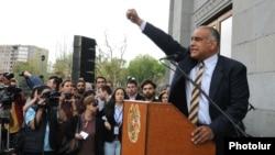Раффи Ованнисян на площади Свободы в Ереване, 9 апреля 2013 г.