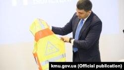 Прем'єр-міністр Володимир Гройсман показав, у які жилети в новому навчальному році вдягатимуться школярі 1-4 класів у темну пору доби