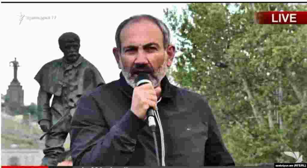 Лидер протестного движения Никол Пашинян представляет план действий на митинге 15 апреля 2018 года.