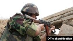Военнослужащий Армии обороны Нагорного Карабаха на позициях (архив)