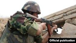 Լեռնային Ղարաբաղի Պաշտպանության բանակի զինվորը դիրքերում, արխիվ