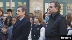Президент Франции Николя Саркози (слева) и министр образования Люк Шатель в парижской школе во время минуты молчания в память о погибших в Тулузе. 20 марта 2012 года