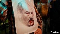Протест проти результатів виборів Білорусі під посольством Білорусі у Москві