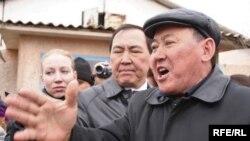 Главный врач Аксуского района Алматинской областии Ашимгали Жумагельды на встрече с пострадавшими от наводнения жителями. Кызылагаш, 12 апреля 2010 года.
