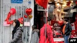 علیرغم مسئولان، اهانت به مقدسان و فروش آلات ولنتاین در خیابانهای تهران کماکان اداره داران!