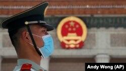Пекиндегі Халық жиналысы ғимаратының алдында тұрған полицей. 27 мамыр 2020 жыл.