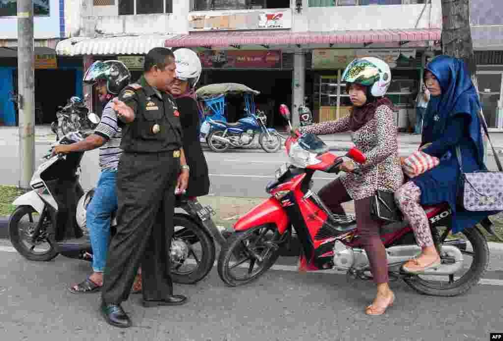 دو خانم موتور سوار توسط پلیس شریعت مواخذه میشوند.