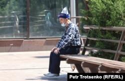 Алматы көшесінде отырған тұрғын. 1 мамыр 2020 жыл.