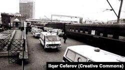 Təcili tibb maşınları Xocalıda qətlə yetirilənləri aparır - 1992