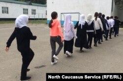 """""""Если в семье такие принципы [ношение хиджаба], то мы должны их уважать"""", – говорит директор №13 школы Муминат Муртазаева"""