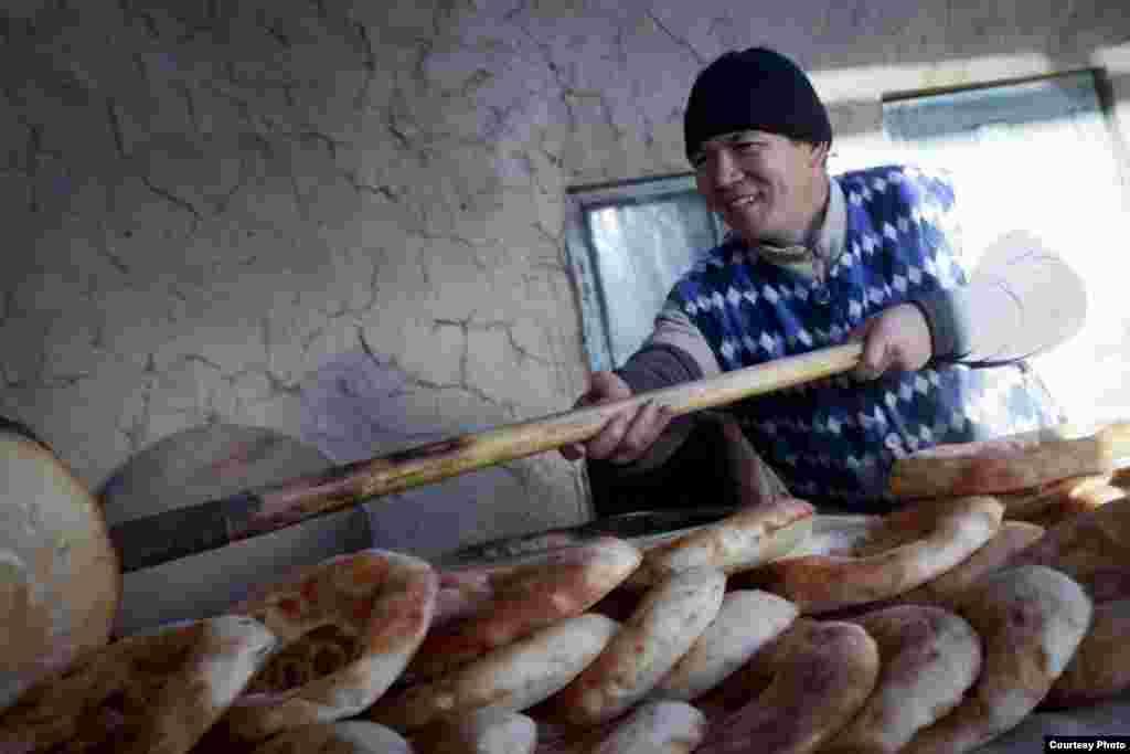 Арстанбеку Абдиллаеву 36 лет. Он уже 15 лет печет лепешки, тем самым зарабатывая на жизнь. Фото сделано в Исфане. Автор:Мавлянкул уулу Элнур.