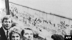 Рональд Рейган на балконе рейхстага. Берлинская стена (за спиной президента) падет через два года