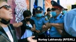 Полиция и протестующие в центре Алматы, 6 июня 2020