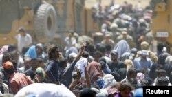 لاجئون سوريون على الحدود مع تركيا