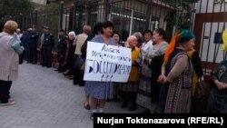 Акция в защиту Албека Ибраимова возле здания Бишкекского горсуда. 17 сентября 2018 года.