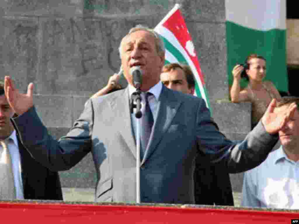 Abkhaz leader Sergei Bagapsh addresses the public in Sukhumi - EORGIA, Sukhumi : The President of Abkhazia Sergei Bagapsh speaks to residents of Sukhumi celebrating the recognition of Abkhazia's independence by the Russian Federation on August 26, 2008.