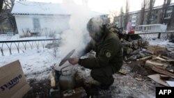 Український військовий готує біля пункту обігріву для жителів в Авдіївці, 31 січня 2017 року