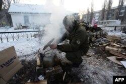 Украинский военнослужащий готовит пищу в Авдеевке