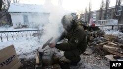 Un luptător ucrainean, gătind hrană pentru locuitorii din Avdiivka, 31 ianuarie 2017
