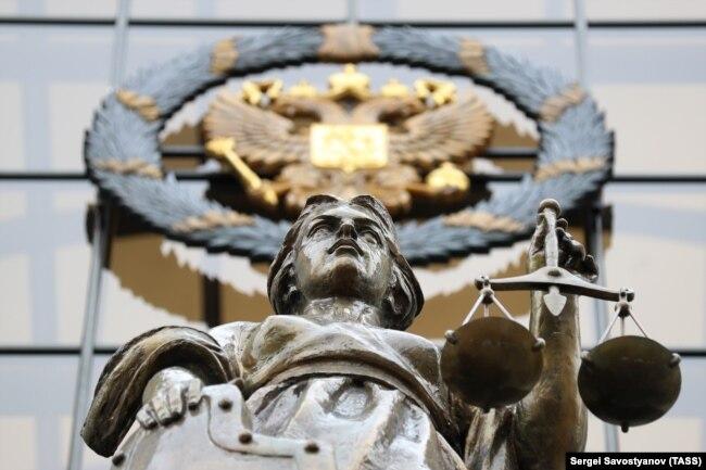 Скульптура Фемиды у здания Верховного суда России