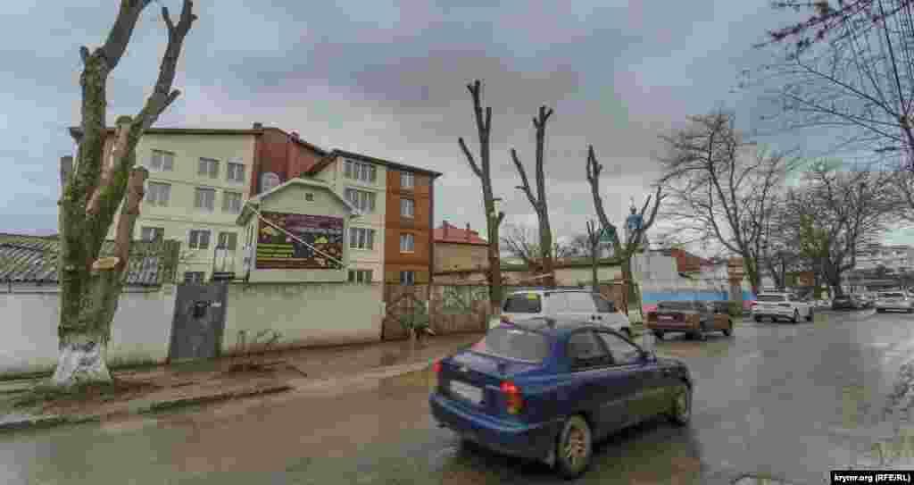 На вулиці 9 Героїв кронують старі дерева