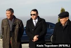 Кайрат Нуркадилов (в центре), сын Заманбека Нуркадилова, погибшего от огнестрельных ранений. Алматы, 12 ноября 2012 года.