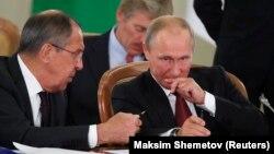 از راست: پوتین و لاوروف