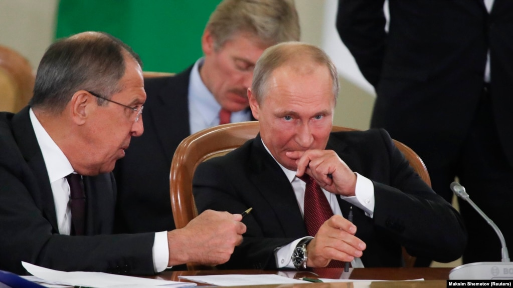 Resey prezidenti Vladimir Putin (oñ jaqta), osı eldiñ sırtqı ister ministri Sergey Lavrov jäne Kreml'diñ baspasöz hatşısı Dmitriy Peskov (art jaqta) TMD elderi basşıları jiınında otır. Soçi. 11 qazan, 2017 jıl.
