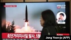 Snimci sjevernokorejskog ispaljivanja rakete na televizoru željezničke stanice u Seulu, Južna Koreja