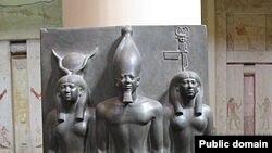 Скульптурная группа, изображающая Менкаура в сопровождении богини Хатхор (слева) и богини-покровительницы одного из номов