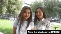 Студентки КазГАСА Аруна Куттыбек (слева) и Бибинур Берекеткызы. Алматы, 20 сентября 2015 года.